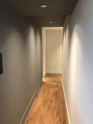Couloir peinture mat plafond foncé murs clair