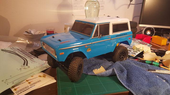 MST CMX Ford Bronco Karosserie lackiert, blau-weiß