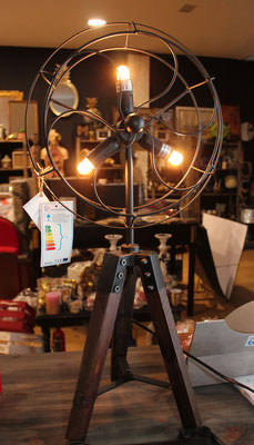 Lámpara trípode estilo industrial / Industrial style tripod lamp