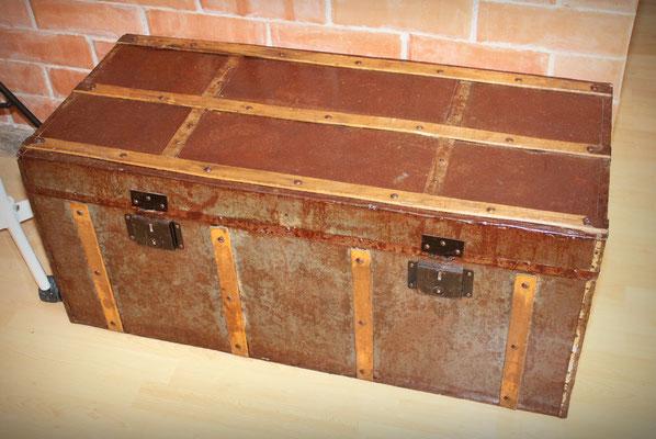 Baúl años 40 en madera y metal