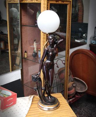 Preciosa lampara con figura femenina / Beautiful lamp with female figure