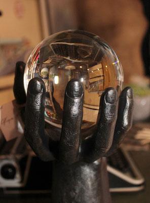 Mano decorativa con bola de crista y base de mármol