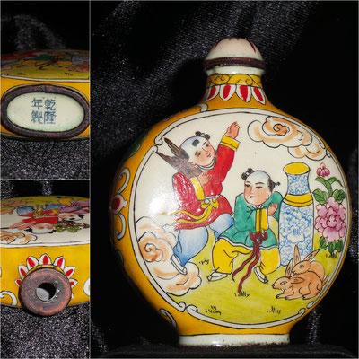 Snuff bottle de cobre con pintura porcelánica