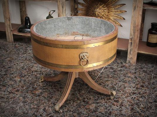 Antiguo macetero de madera y metal / Old wooden and metal flowerpot