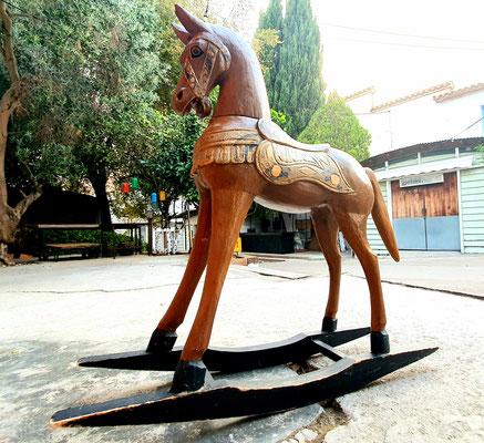 Antiguo caballo de madera / Old wooden horse