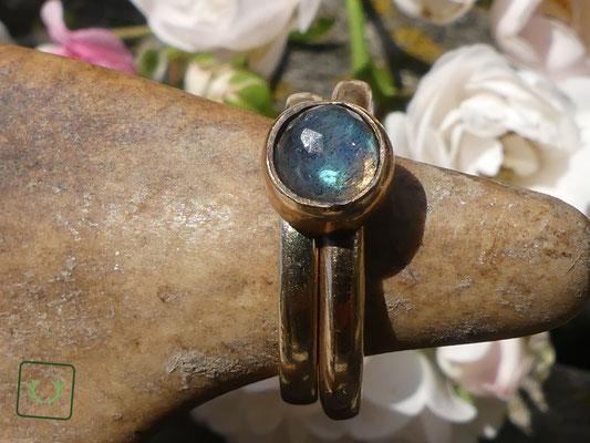 hier sehen Sie den Ring in Kombination mit einem schmalen Bandring