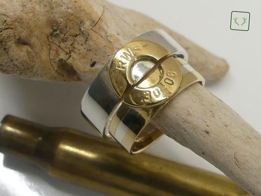 Kundenauftrag, das Besondere: für ihren Ring wurden die Trauringe der Grosseltern mit verarbeitet