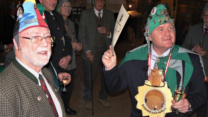 Rt Ullburi als erster Sieger mit seiner Urkunde