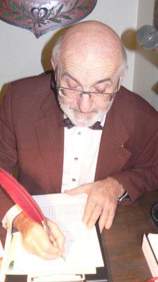 M Rt Griaß Di bei der Fechsung der Standesmeldung mit seiner UHU-Feder