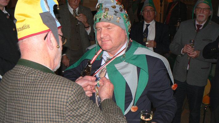 Rt Glanda überreicht den Orden
