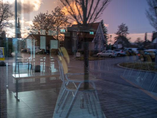 Blick in den Vorraum der Gemeindehalle. Kann die Photographie die Beunruhigung spiegeln, die in der Lebenswelt dauernd mit pulsiert? Wenn sie schon die Zeit nicht aufhalten - und nicht einmal eine vollwertige Erzählung bieten kann...