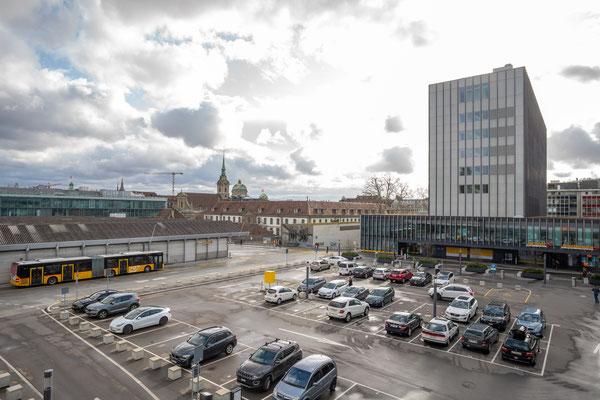 Blick über den grossen Parkplatz bei der Bushaltestelle Bahnhof.