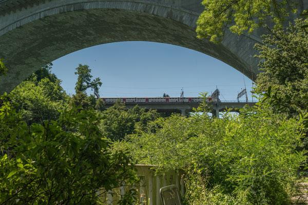 vue prise en bas du jardin: le pont de la Lorraine.