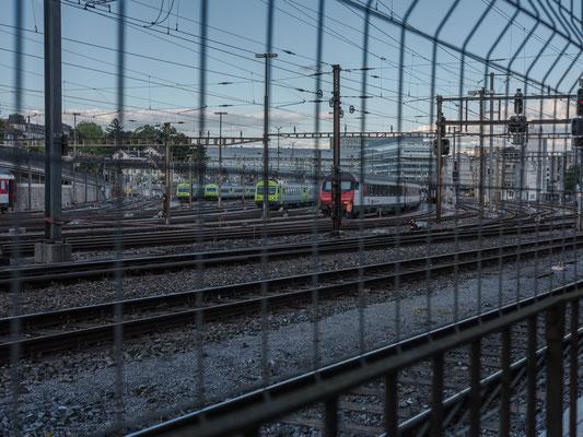 die Gleise auf der der Stadtbachstr. gegenüberliegenden Seite.