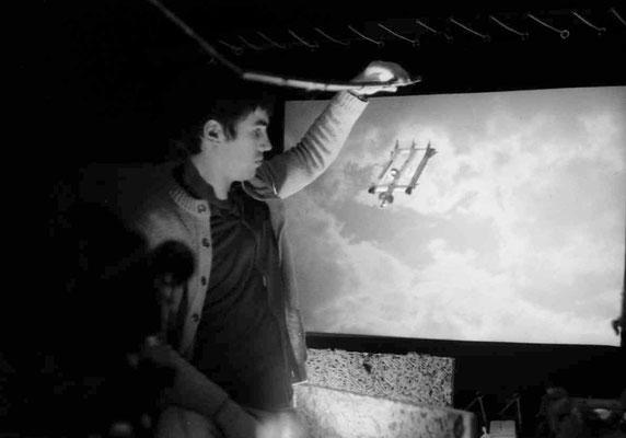 Alain manipule le vaisseau spacial devant une transparence