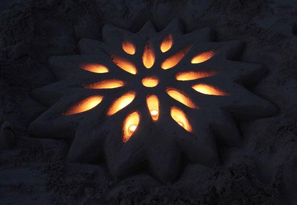Sandkunst Mandala mit Licht