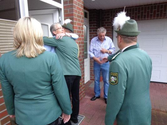 Der Vorsitzende Bernd Knelangen weckt persönlich....