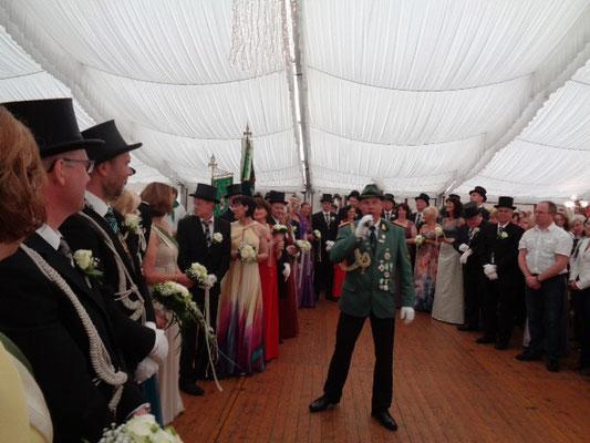 Bernd Knelangen begrüßt auf dem Festzelt das amtierende Königspaar und alle Gäste
