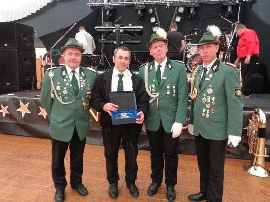 Guido Kovac erhielt eine Auszeichnung für 20 Jahre Fahrerdienste