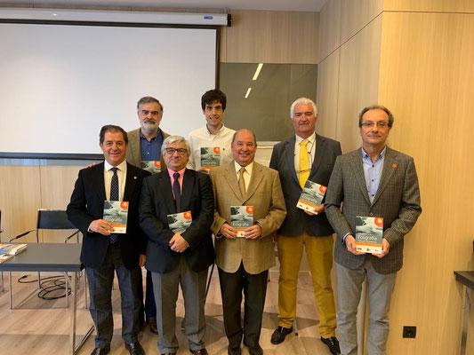 El Dr. Ferreira, en la presentación, junto a los editores, Profesores Bouffard y Jimenez y Dr. Manonelles y otros autores