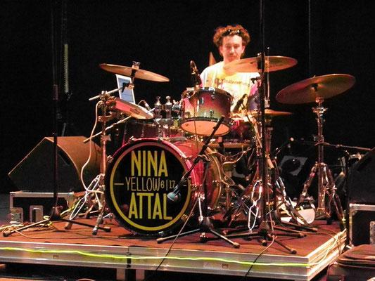 balances Nina Attal