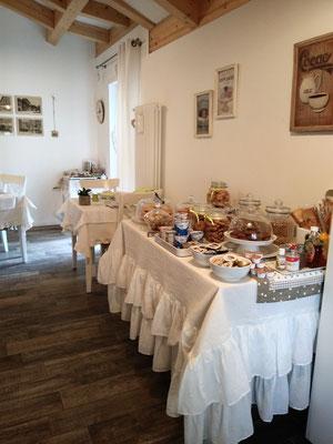 Saletta colazioni - buffet self service | B&B Residenza Iris Trento