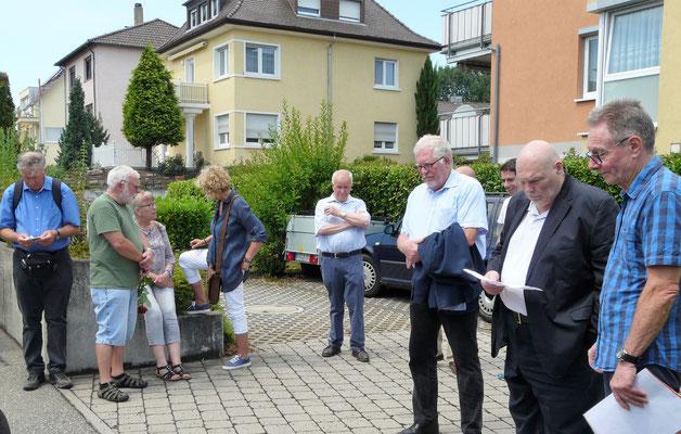 Thomas Riedel (2. von rechts) erinnert an Bastians Lebens- und Leidensgeschichte, der Initiator der Stolpersteininitiative Dieter Behringer (ganz rechts)