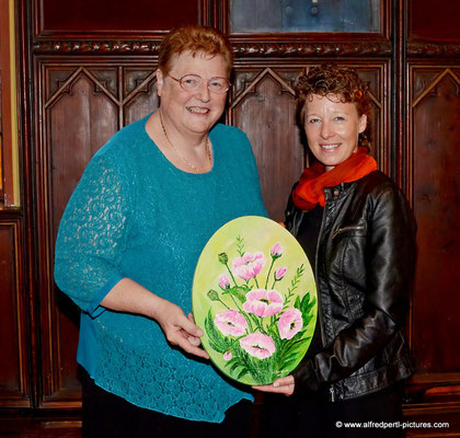 Malerin Brigitte Hörmann und Anita Fritz (Tombolagewinnerin des Gemäldes)  - Vernissage 11. Korneuburger Kunstkilometer im Korneuburger Rathaus