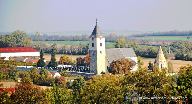 Kirche in Zellerndorf mit Karner