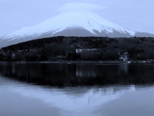 富士山が山中湖に写り、素敵だね~