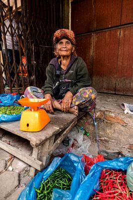 Alte Markthändlerin in Kutacane / Indonesien (Bildnummer 755101)