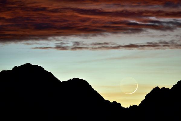 Sichelmond im Abendrot oberhalb des Wettersteingebirges / Deutschland (Bildnummer 753482)