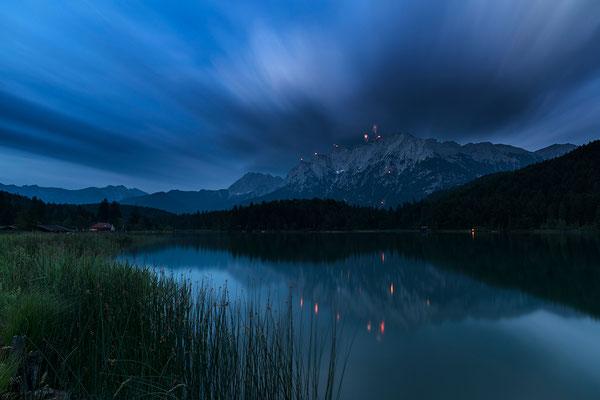 Nächtliche Langzeitbelichtung des Lautersee mit Karwendel und Johannifeuern / Deutschland (Bildnummer 170623_0992)