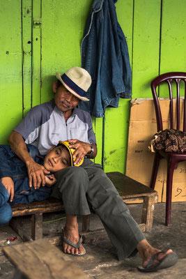 Gemeinsame Pause vom Marktleben / Indonesien (Bildnummer 755448)