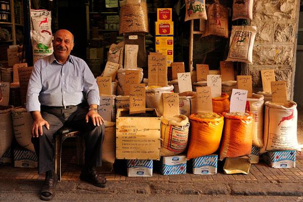 Fröhlicher Händler in Amman / Jordanien (Bildnummer 101006_2368)