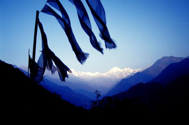Gebetsfahnen mit Blick zum Kangchenjunga, Sikkim / Indien (Diafilm Bildnummer 22227)