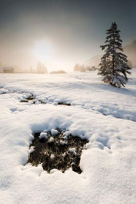 Winterliche Morgenstimmung mit Wasserloch bei Garmisch-Partenkirchen / Deutschland (Bildnummer 812879)