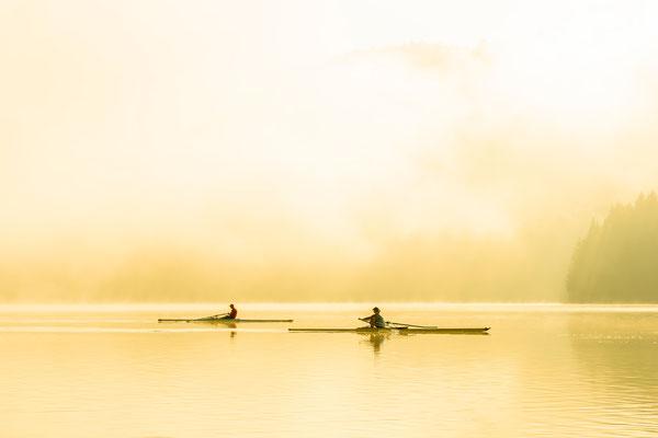 Zwei Skifffahrer im Nebel II