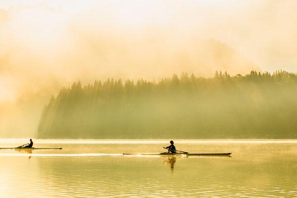 Zwei Skifffahrer im Nebel III