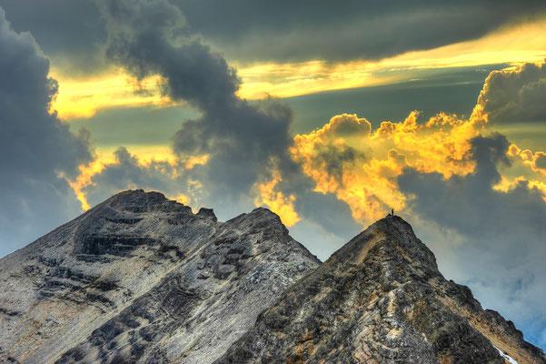 """""""Der Wanderer"""" Bergsteiger auf dem Gipfel des Schlaukarsattels während Sonnenuntergang / Österreich (Bildnummer4667_8)"""