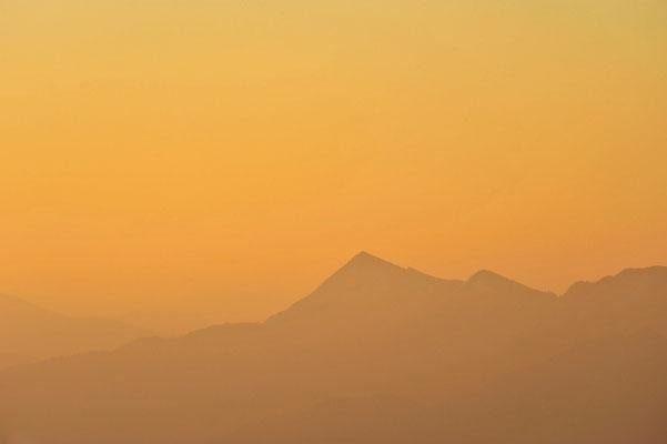 Bergsilhouette im sanften Morgenlicht von der Benediktenwand aus fotografiert / Deutschland (Bildnummer 7391)