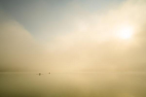 Zwei Skifffahrer im Nebel