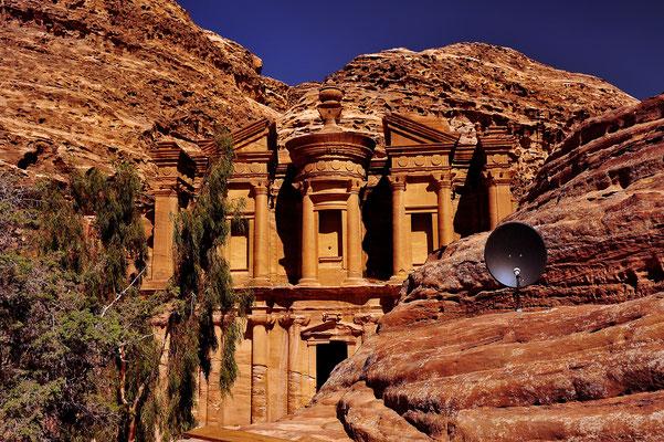 Alt und modern in Petra / Jordanien (Bildnummer 101009_2926)