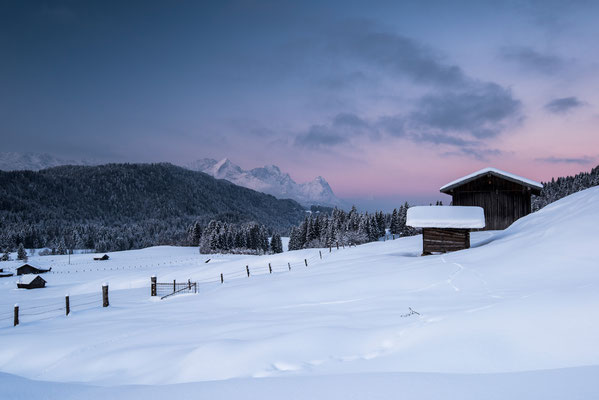 Hütten und Zugspitze im Winter / Deutschland (Bildnummer 1628)