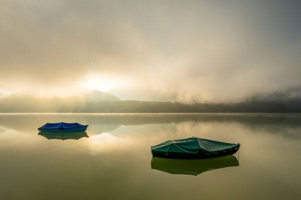 Nebelstimmung im Karwendel mit Fischerbooten