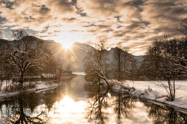 Auslauf des winterlichen Kochelsees im Gegenlicht / Deutschland (Bildnummer 1408)