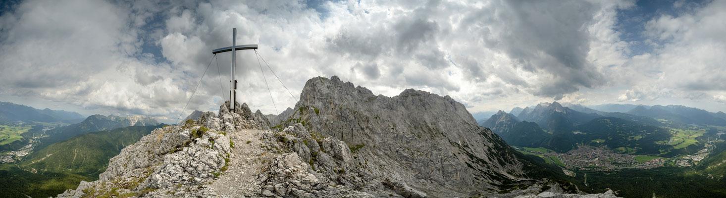 Panorama der Viererspitze mit Mittenwald und Karwendel