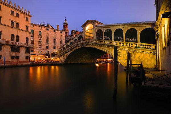 Die Rialtobrücke in Venedig bei Nacht / Italien (Bildnummer 110820)