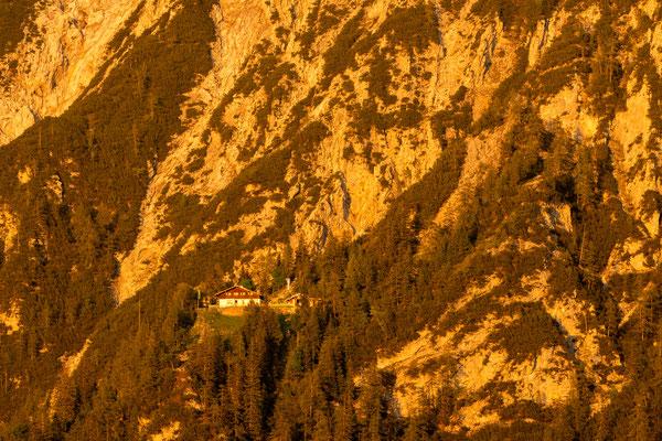 Goldene Abendsonne an der Mittenwalder Hütte