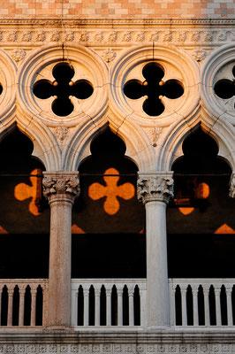 Licht und Schatten am Dogenpalast in Venedig / Italien (Bildnummer 110819_9196)